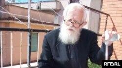 Отець Дмитро Блажейовський вдома на терасі, де вирощує собі городину петрушку і цибулю