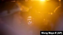 Затрыманы пратэстовец глядзіць з паліцэйскага аўтобуса. Нью-Ёрк, 4 чэрвеня 2020