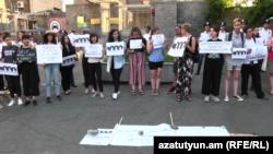 Yerevanda Rusiya səfirliyi qarşısında Xaçaturyan bacılarına dəstək aksiyası, 24 iyun, 2019-cu il
