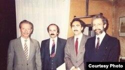 شاپور بختیار (نفر اول سمت چپ) همراه با سه تن از اعضای نهضت مقاومت ملی در پاریس.