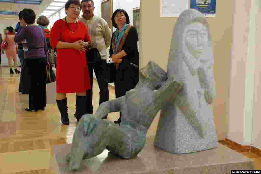 Название этой скульптуры – «Раздумье». Оно перекликается сназванием выставки – «Мыслить по-казахски». Эта работа, возможно,является ключом к пониманию творчества Тлеуберды Бинашева. Фигурасидящего человека, опорой которого является древнее изваяние балбал.На его обороте – древние петроглифы. Для самого скульптора в еготворчестве древние балбалы, как олицетворение древнетюркской культуры,являются опорой. Он является продолжателем идей ваятелей балбалов, ихтворческим наследником. Если абстрагироваться от изображенного вкомпозиции балбала, то эту скульптуру можно понимать так: опоройчеловека является богатейшая народная культура, накопленнаяпредшествующими поколениями.