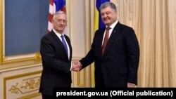 Джеймс Мэттис и Петр Порошенко. Киев, 24 августа 2017 года