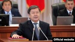 Жантөре Сатыпалдиевтің Қырғызстан премьер-министрі ретінде ант беріп тұрған сәті. Бішкек, 12 қыркүйек 2012 жыл.