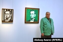 Хант Слонем на открытии своей персональной выставки в Алматы рядом с портретами Авраама Линкольна. Алматы, 1 июня 2018 года.