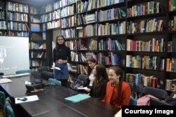 Laura citind Scrisoarea către Umberto Eco