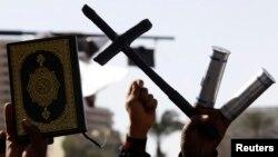 متظاهرون ضد مرسي يحملون الصليب والمصحف- القاهرة 15 شباط 2013