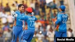 راشد خان در میان اعضای تیم ملی کرکت افغانستان