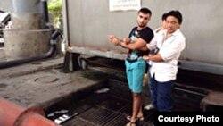Қотилликда гумонланган С.Собиров (қора кийимда) жасад жойланган чемоданни қаерга ташлаганини полиция ходимларига кўрсатаётган пайт.