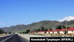 Қызылағаштағы көктемгі су тасқынынан соң жаңадан салынған үйлер. Алматы облысы, 28 маусым 2010 жыл.