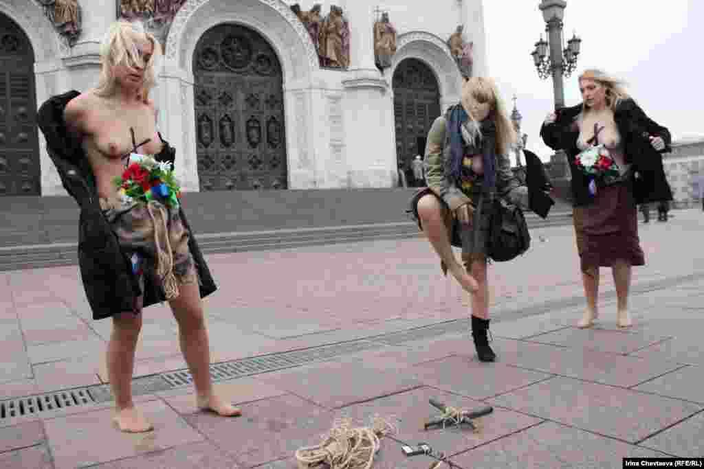 """В Москве у Храма Христа Спасителя движение FEMEN провело акцию """"Боже, царя гони!"""""""