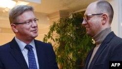 Арсений Яценюк (справа) с еврокомиссаром по вопросам расширения ЕС Штефаном Фюле в Киеве 11 февраля