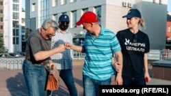 Патэнцыйны кандыдат у прэзыдэнты Валер Цапкала на зборы подпісаў у Віцебску, 8 чэрвеня