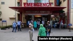 Роднини на пациент кој страда од ковид-19 се расправаат со полицаец за да го примат на одделот за итни случаи во болницата Свето семејство во Њу Делхи, Индија, 1 мај 2021 година.