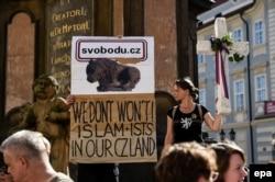 Antislamski demonstranti protiv Merkel u Pragu, 25. avgust 2016.