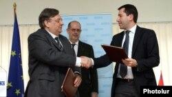 ԵԱՀԿ երեւանյան գրասենյակը ղեկավար Անդրեյ Սորոկինը եւ Հայաստանի օմբուդսմեն Կարեն Անդրեասյանը ստորագրում են հուշագիրը: