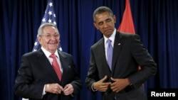 Барак Абама і Рауль Кастра сустракаюцца ў кулюарах сэсіі Генэральнай асамблеі ААН у Нью-Ёрку, 29 верасьня 2015 году