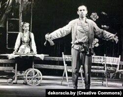 Сцэна са спэктакля «Ажаніцца — не журыцца». У ролі Міхалкі — Аляксандар Лабуш (Нацыянальны акадэмічны тэатар імя Янкі Купалы)