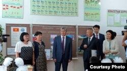 Алмазбек Атамбаев в гимназии-интернате №1 в Бишкеке.