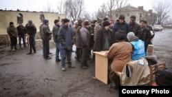 """Чехияның """"Мұқтаж адамдар"""" гуманитарлық ұйымы мен БҰҰ өкілдігі Донецк облысында тұрғындарға гуманитарлық көмек көрсетіп жатыр."""