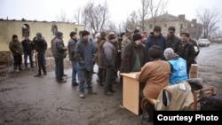 Podela humanitarne pomoći u mestu Nikišine Donjecke oblasti (okupirana teritorija)