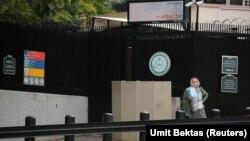 Një grua pret për të aplikuar për vizë në hyrje të ambasadës së SHBA-së në Ankara, 9 shtator 2017
