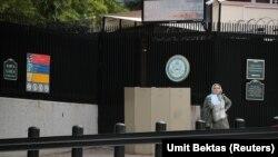 Турција - Жена чека пред амбасадата на САД во Турција.