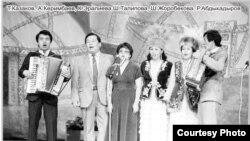 Асанкалый Керимбаев залкар обончу Рысбай Абдыкадыров баштаган таланттар менен (качан тартылганы белгисиз).