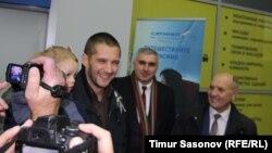 Евгения Мартенса встречают в аэропорту с телекамерами