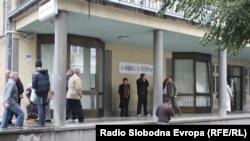 Пациенти пред Клиничкиот центар во Скопје