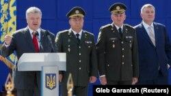 Украина президенті Петр Порошенко (сол жақта) әскери парадта сөйлеп тұр. Киев, 24 тамыз 2018 жыл.