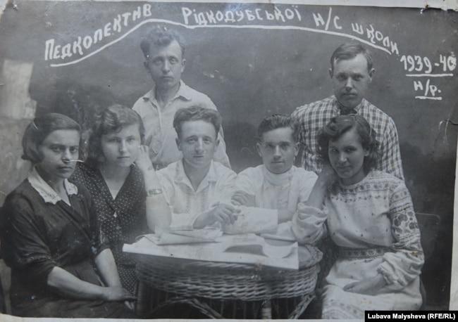 Бабушка Устинья во времена работы учительницей (вторая слева)