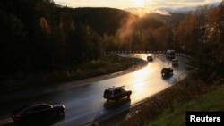 Машины едут по федеральной трассе в Красноярском крае. Иллюстративное фото.