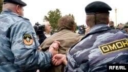 ОМОН задерживает участника гей-акции в Москве
