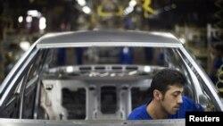 یک کارگر در خط تولید کارخانه خودروسازی ایران
