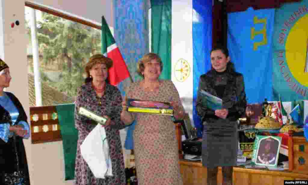 Гөлзада Сафиуллина (с), Миләүшә Гайфуллина һәм Ленара Кутеева (у)