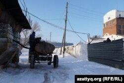 Ауыл тұрғындары цистернаға барда құйып жатыр. Айдабол ауылы Ақмола облысы, 26 ақпан 2021 жыл.