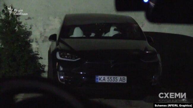 Після ефіру на внутрішній парковці журналісти зауважили ту саму машину Tesla