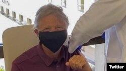 Milyarder Bill Qeytsə vaksin vurulur