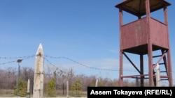 """Музейная экспозиция тюремной вышки на территории музея жертв политических репрессий и тоталитаризма """"АЛЖИР"""". Поселок Акмол, 12 апреля 2011 года."""