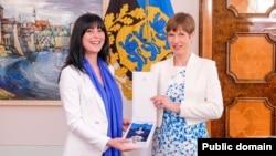 Керсти Кальюлайд награждает Тею Ахвледиани орденом креста «Терра Марианна» 1 класса