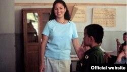 Один из волонтеров Корпуса мира на уроке английского в туркменской школе.