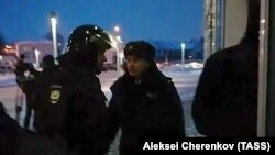 Сотрудники правоохранительных органов у входа Международного аэропорта Ханты-Мансийска