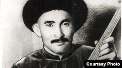 Атай Огомбаев төрт кыл комузу менен, 1939-жыл.