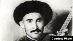 Атай Огомбаев төрт кылдуу комузда. 1939-жыл