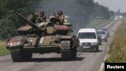 Украинские военные на танке в Константиновке, лето 2014 года
