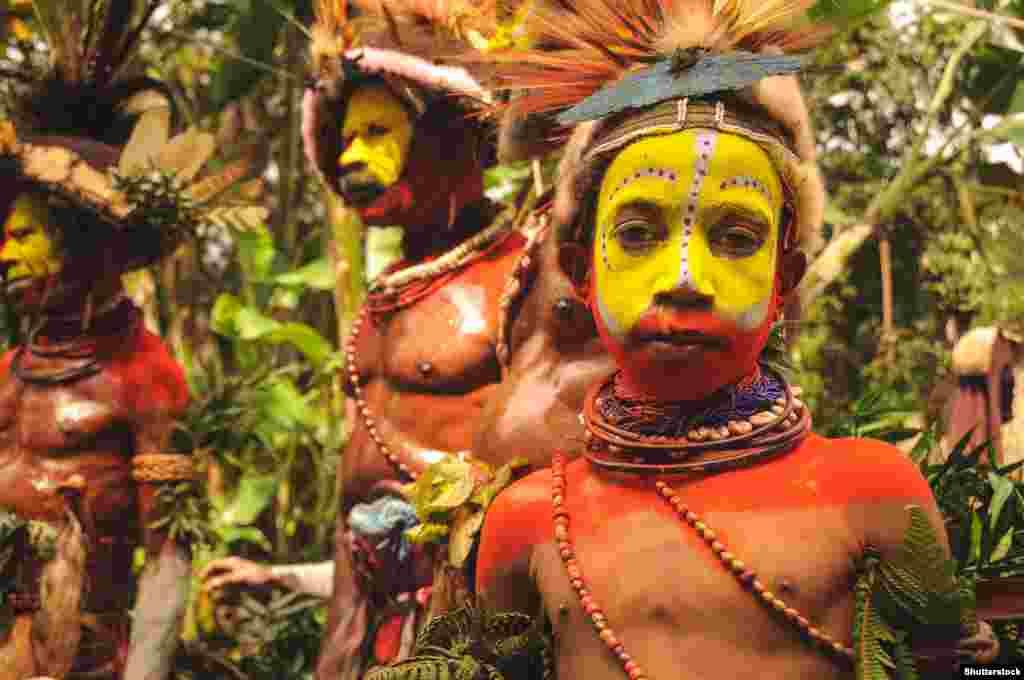 Це – представники народу хулі. У Папуа – Новій Гвінеї вони з 8 мільйонів населення країни складають чверть мільйона. Вважається, що перші жителі Папуа – Нової Гвінеї мігрували на острів понад 45 тисяч років тому. Деякі з цих спільнот тисячоліттями ведуть безперервний конфлікт із сусідніми народами