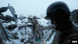 Українські військові відстрілюються від бойовиків біля села Луганське неподалік Дебальцева, архівне фото