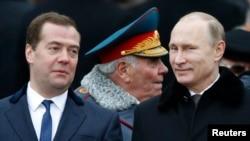 Putin (sağda) və Medvedev