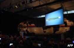 """Нидерландиянын Коопсуздук кеңешинин төрагасы Чиббе Йаустра Гильзе Рижен аэродромунда """"Боинг 777"""" кантип кыйраганын баяндап берүүдө. 13-октябрь"""