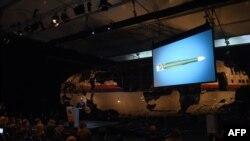 تیبه یوسترا، رئیس هیئت ایمنی هلند، در حال ارائه گزارش